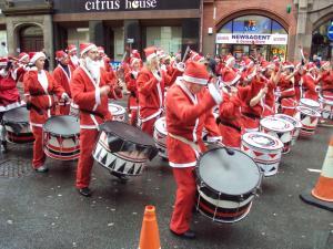 Drummers_at_the_Liverpool_Santa_Dash_2009